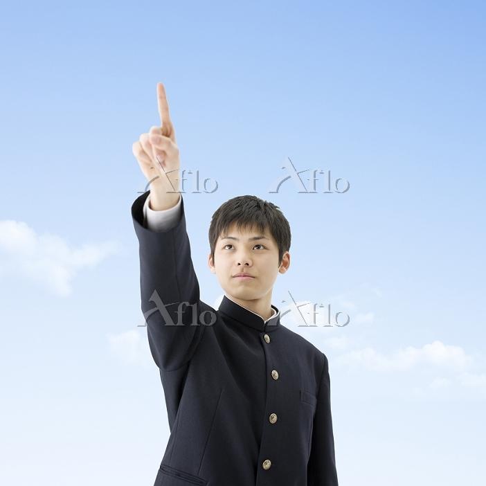 指を指す男子高校生
