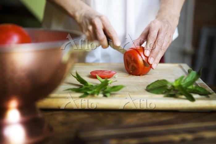 ナイフでトマトを切る