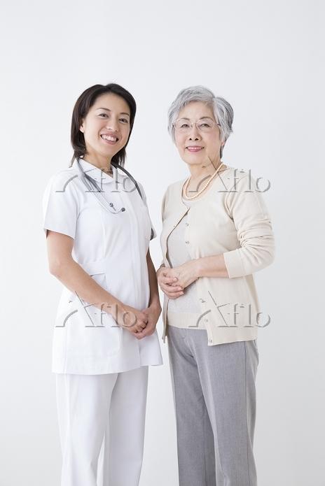 微笑むシニア日本人女性と看護師