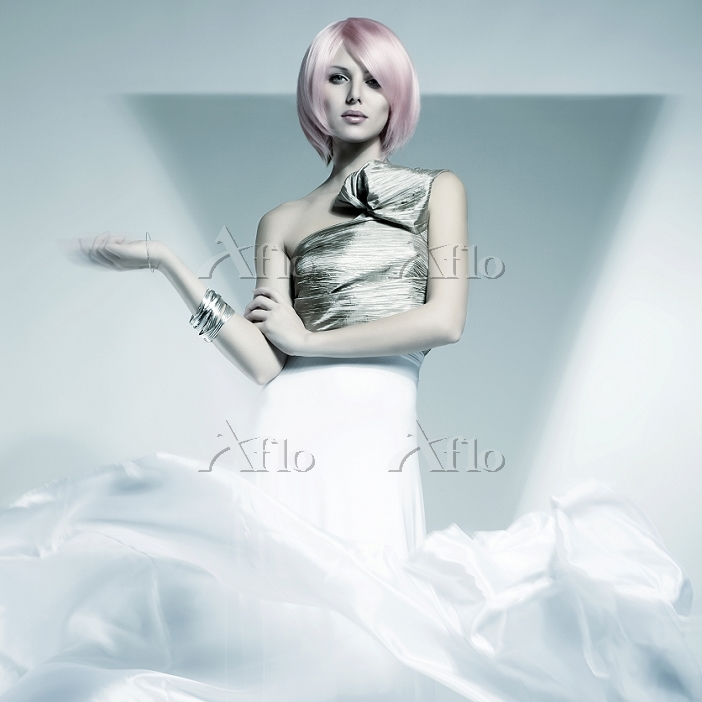 Young woman with a pink wig we・・・
