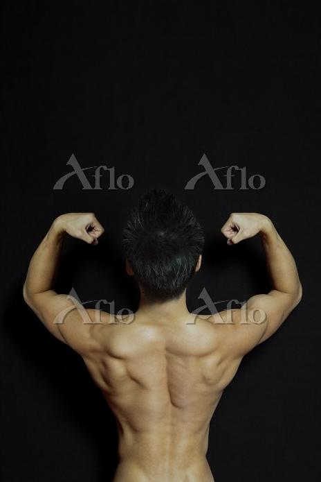 筋肉質の日本人男性の後ろ姿
