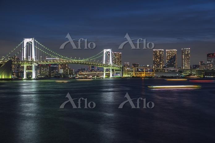 東京都 レインボーブリッジと東京湾とビル群 夜景