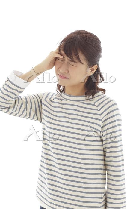 頭が痛い若い日本人女性