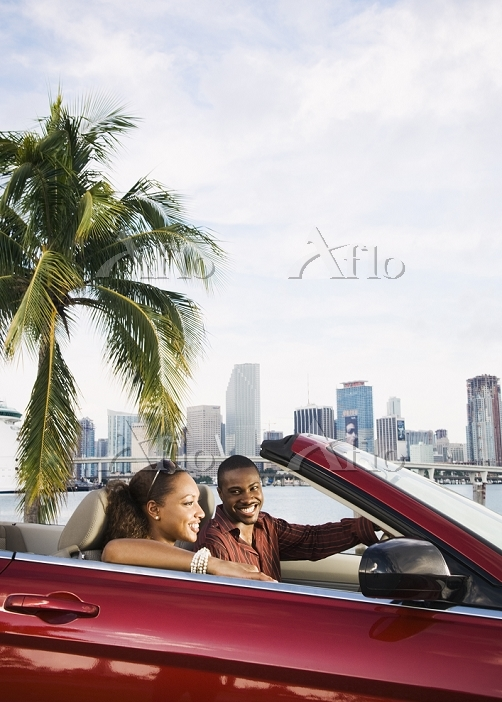 African American couple drivin・・・