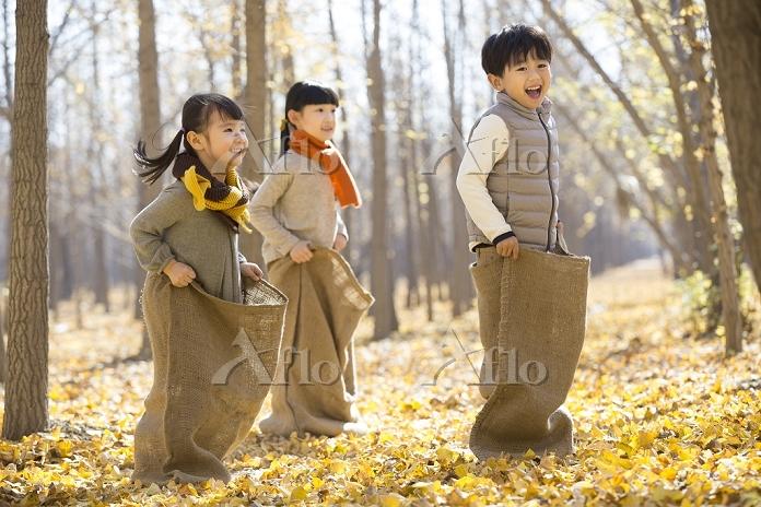 袋遊びをしている子供たち