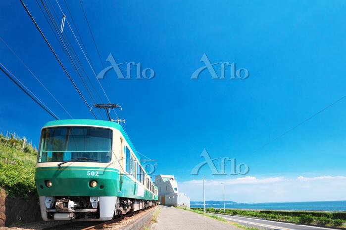 神奈川県 夏の湘南海岸を走る江ノ電の電車
