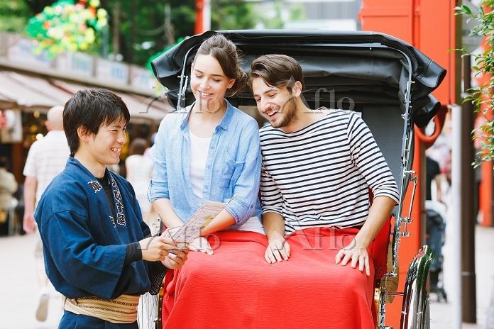 人力車に乗る外国人観光客